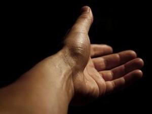 Una mano tendida hacia ti